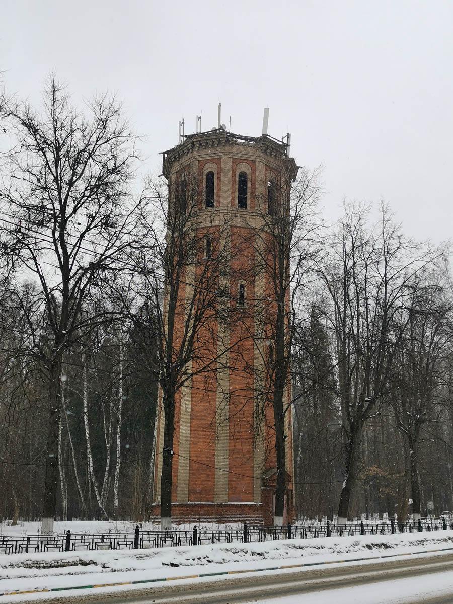Нет, я не завалил горизонт, это башня Пизанутая. В смысле, водонапорная башня имеет наклон. Пусть и не столь сильный, как у башни в Пизе.