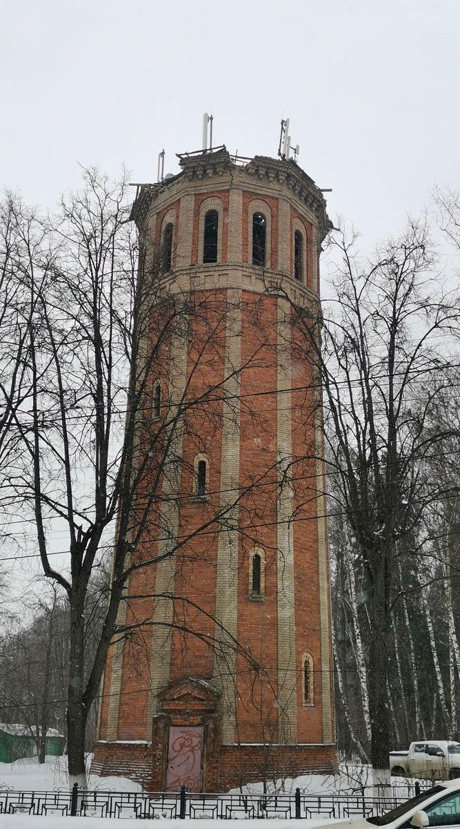 Башня построена в конце 1940-х. С тех пор, похоже, ремонтом ее не беспокоили.