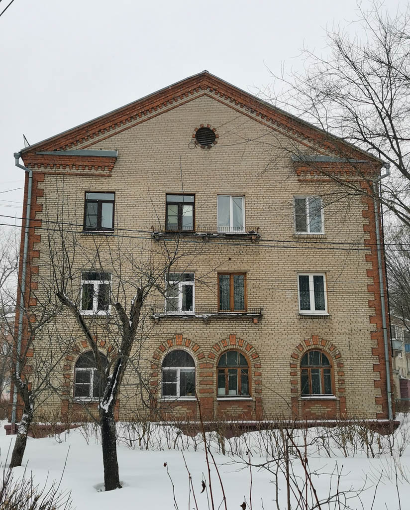 Дом 1956 года постройки. В отличии от аналогичных домов постройки 1952 года в отделке используется не камень, а кирпич.