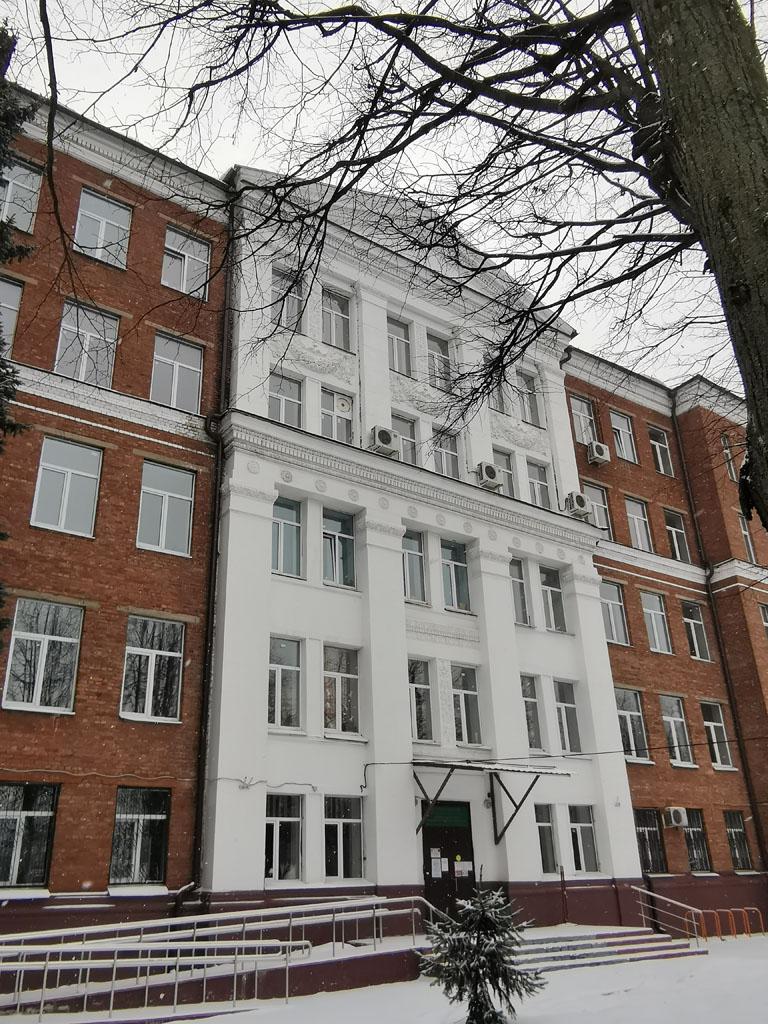 Средняя школа № 1 на улице Школьная.
