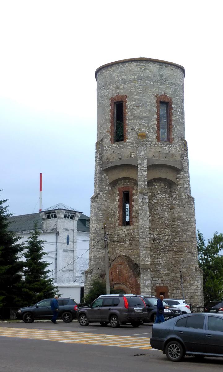 На переднем плане тюремная водонапорная башня. Построена в 1910 году. На заднем плане башня Следственного изоляторя № 5 УФСИН России по Московской области.
