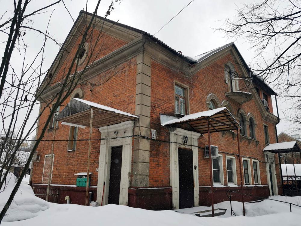 Дальше улица Школьная становится шумной от большого количества автомобилей и мы переходим на улицу Садовую. Очень уютную.