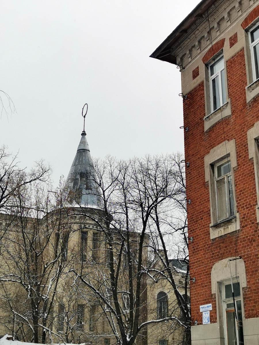 Характерная коническая крыша башни замка