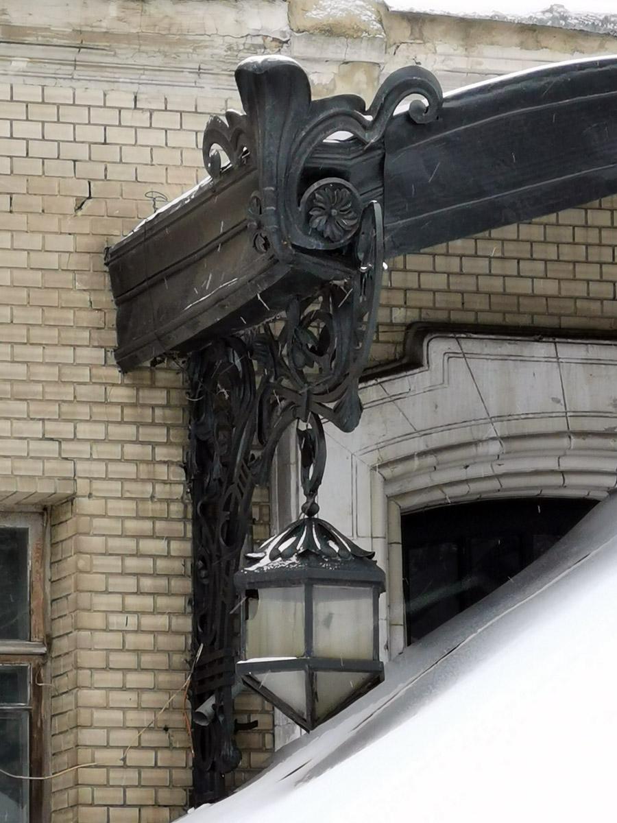 Массивный светильник и козырек главного входа.