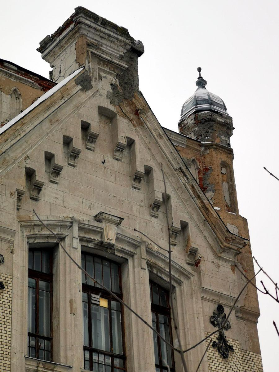 Фасад пытались ремонтировать, судя по цементным блямбам...
