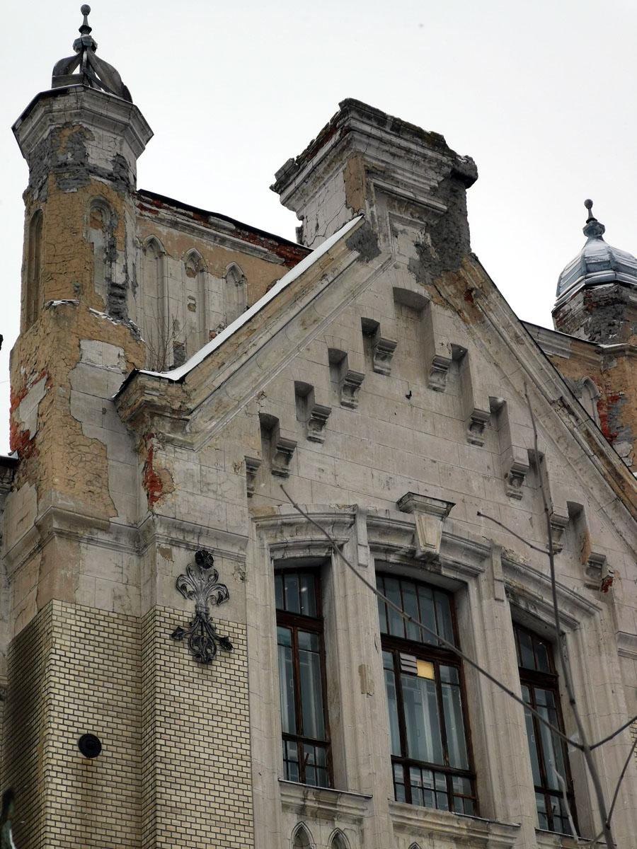 Купол башенки справа без кровли. Часть его каркаса тоже утрачена.
