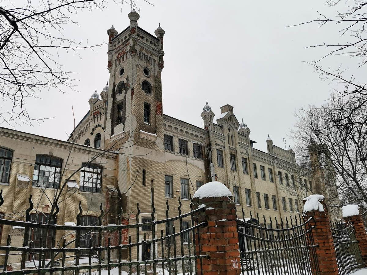 """Не смотря на удручающее состояние фасадов, """"замок"""" впечатляет своей монументальностью и стилем... Волшебно!"""
