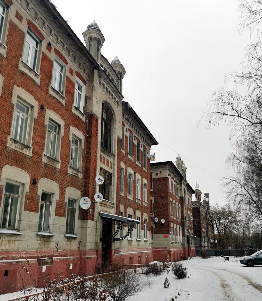 Помимо самого училища, одновременно строились дома для преподавателей и общежитие для учащихся. Про эти здания будет отдельный пост.