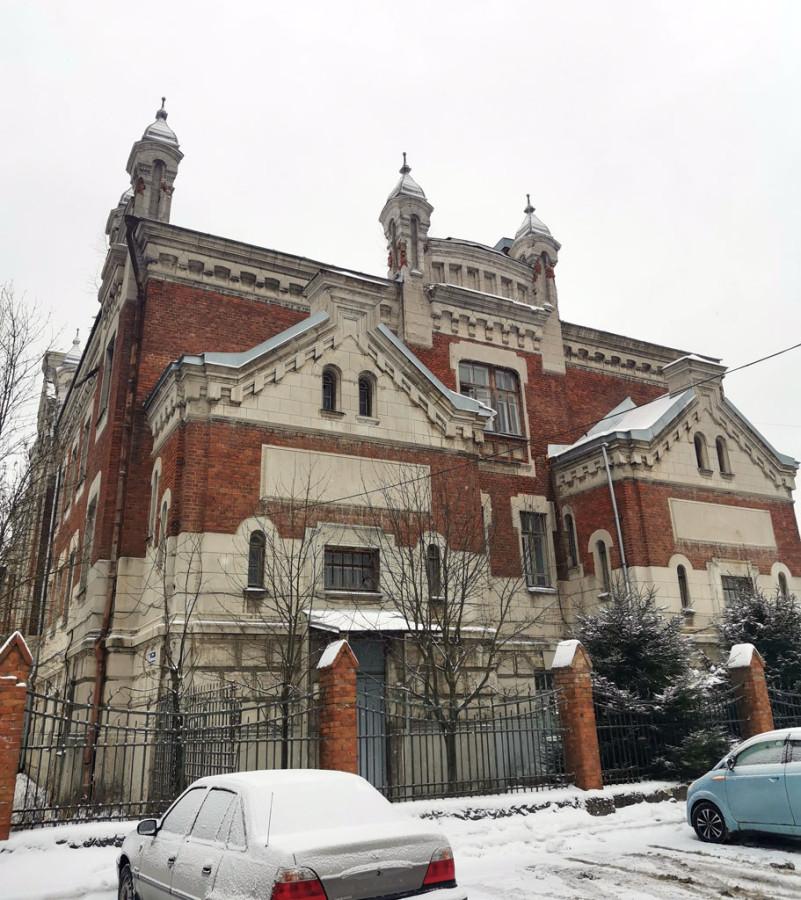 Весь комплекс зданий училища построен по проекту архитектора Ивана Тимофеевича Барютина.