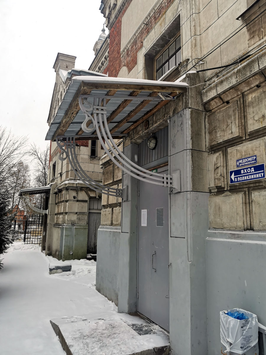 Кронштейны-опоры козырька сохранились родные, а вот сами козырьки утрачены, как и входные двери.