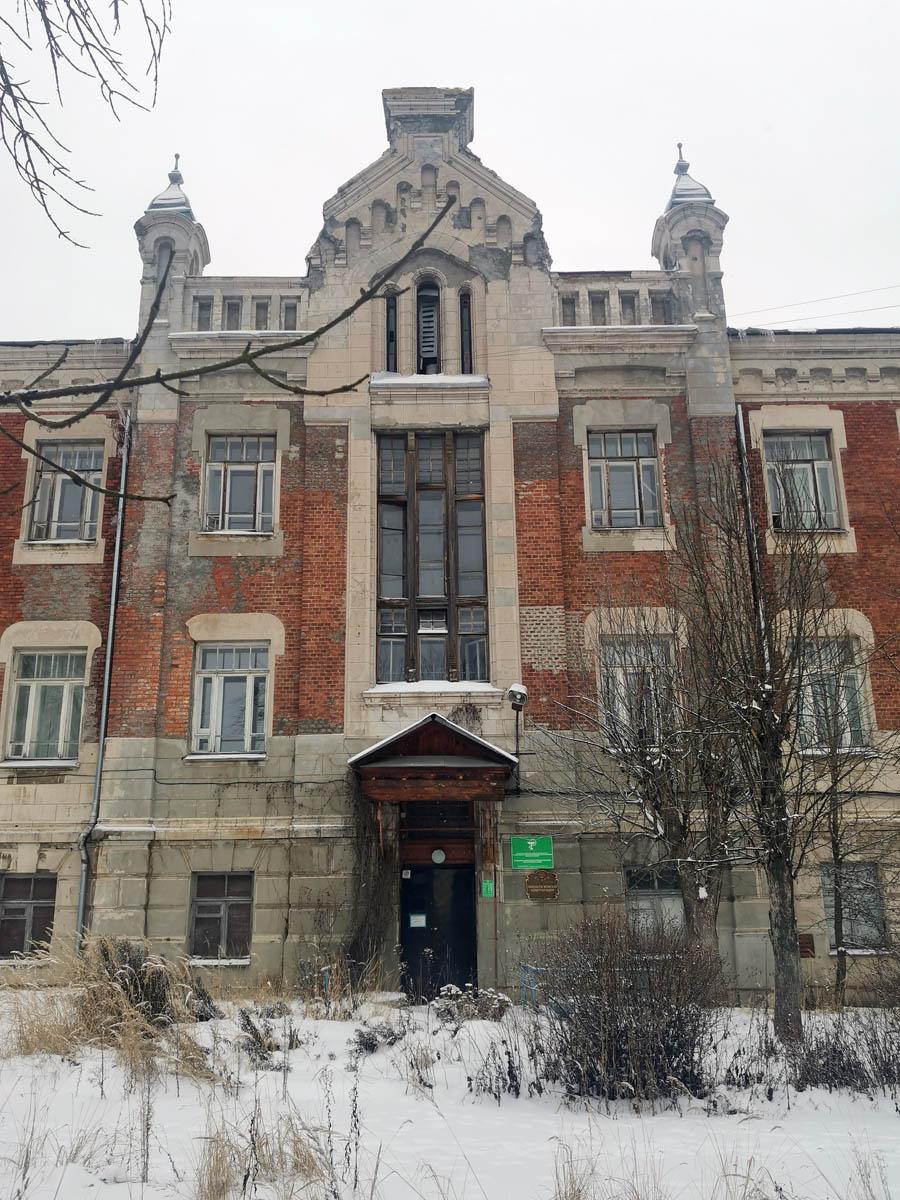 Как и зданию самого училища, здесь так же необходим ремонт.