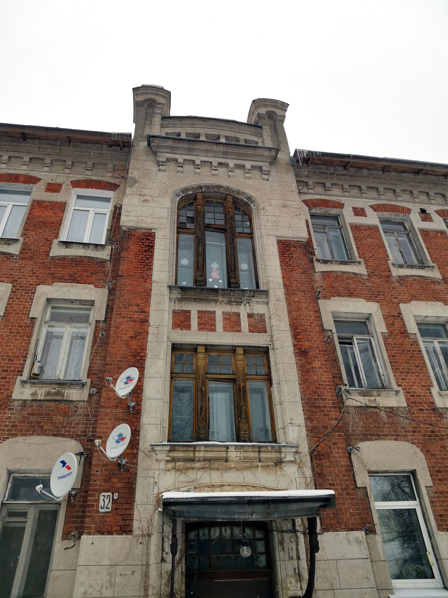 На части окон сохранились настоящие исторические рамы.