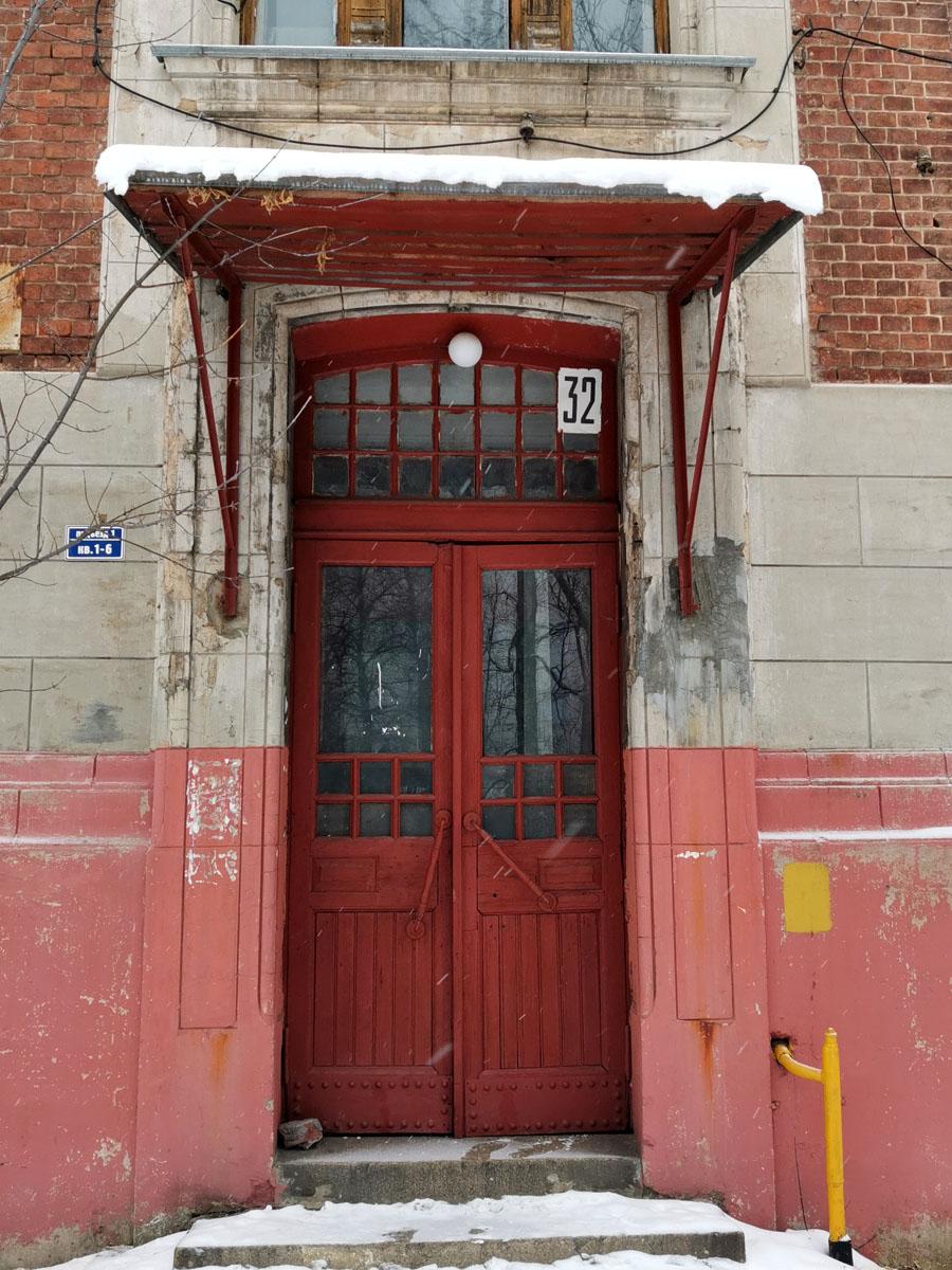 У второго дома дверь смогли сохранить родную. Но козырек и его опоры утрачены.