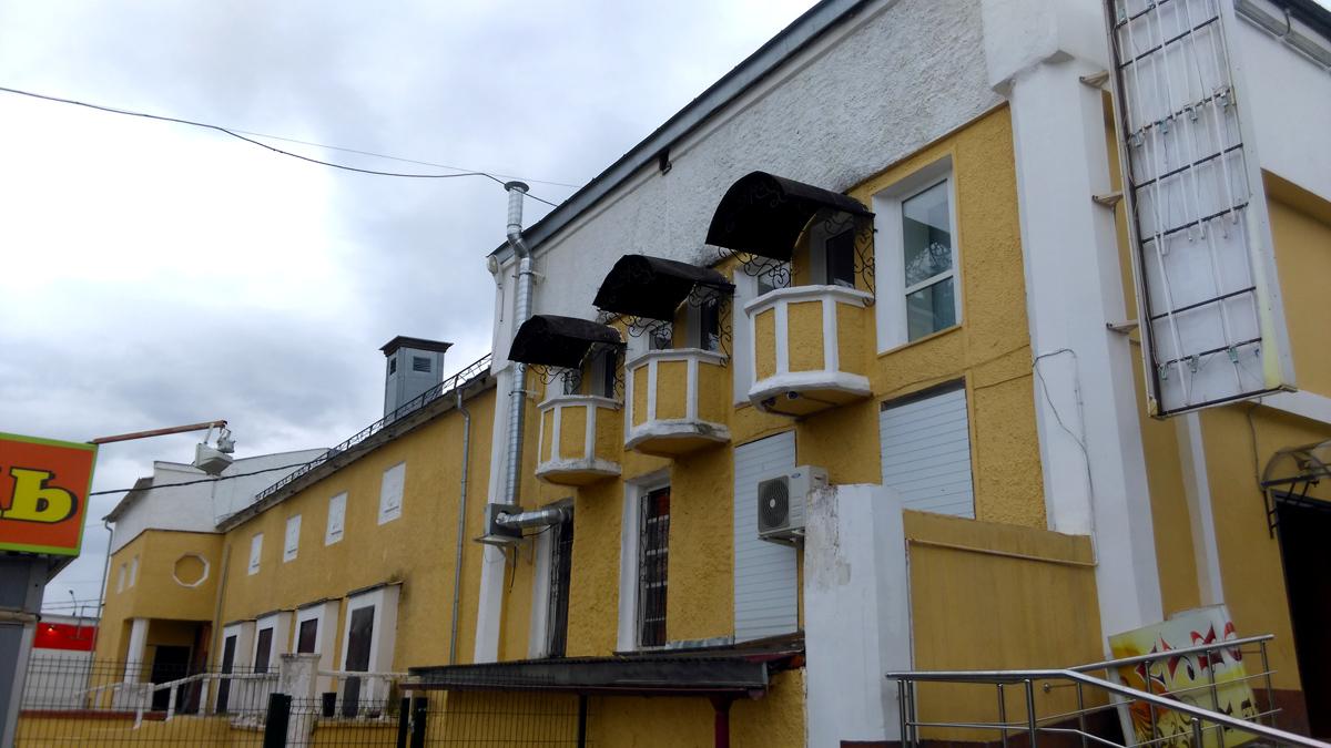 Маленькие смешные балкончики для эгоистов. Напоминают тартолетки.