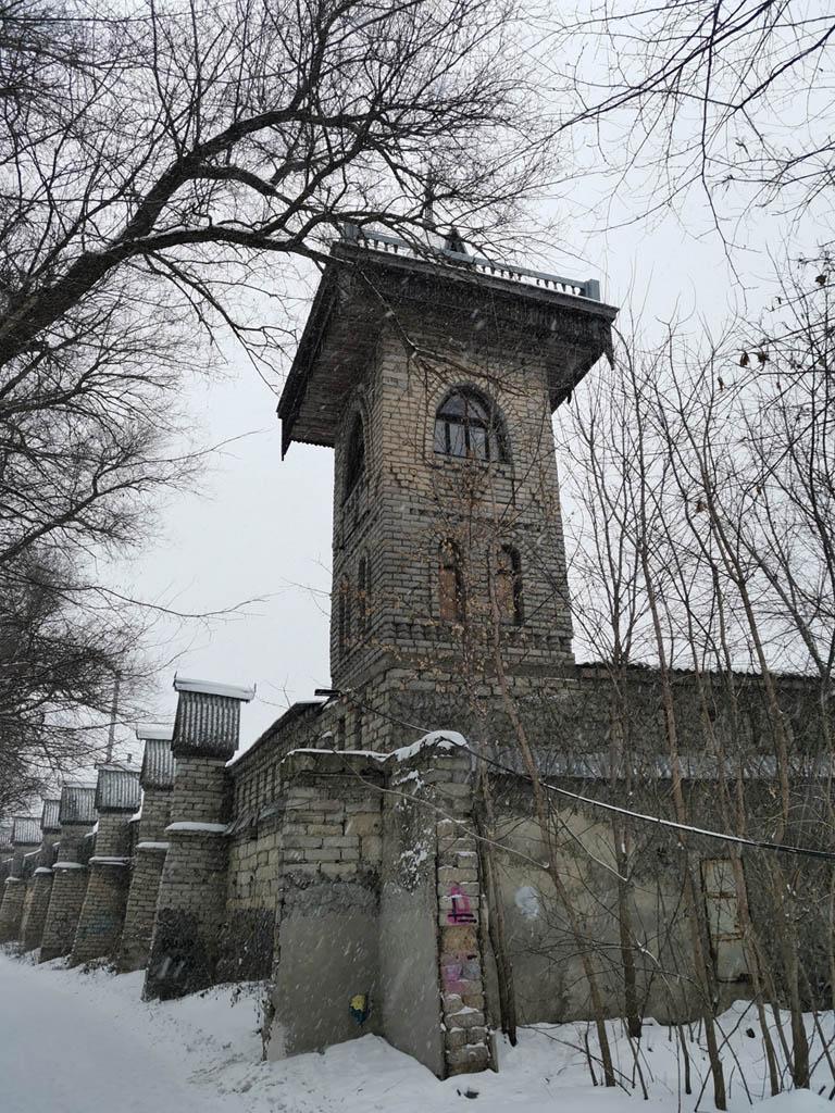 Можно подумать, что эта крепостная стена и угловая башня старинные, но нет...