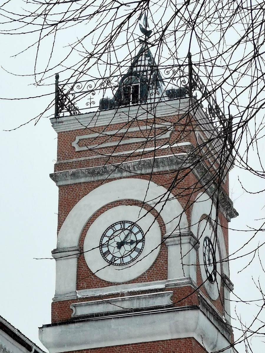 На самом деле это здание бумагопрядильной фабрики Хлудовых. Фабрика была построена английским архитектором в 1842-1845 годах по заказу братьев Хлудовых. Сейчас здесь Торгово-развлекательный комплекс «Фабрика».