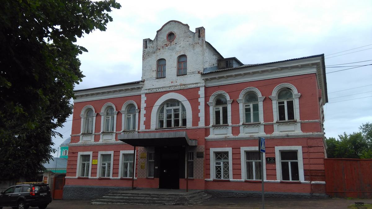 Здание бывшей Городской думы. Здание построено во 2-й пол. XIX века. А жуткий козырек прилеплен гораздо позже...