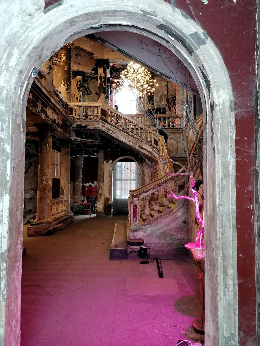 После пожара в 2002 году кирха восстановлена снаружи, а внутри несет следы пожара и разрушения, но при этом украшена арт-объектами и в целом очень позитивна и уникальна.