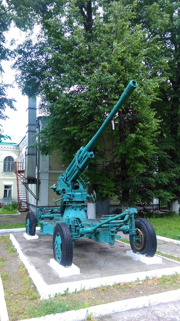 76-мм зенитное орудие образца 1938 года установлено во дворе  Краеведческого музея.