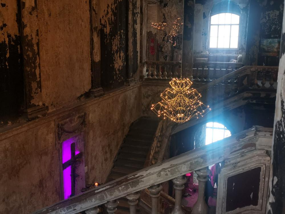 С одной стороны понимаю, что церковь требует реставрации интерьеров, а с другой — может оставить ее все-таки такой, не похожей на остальные...