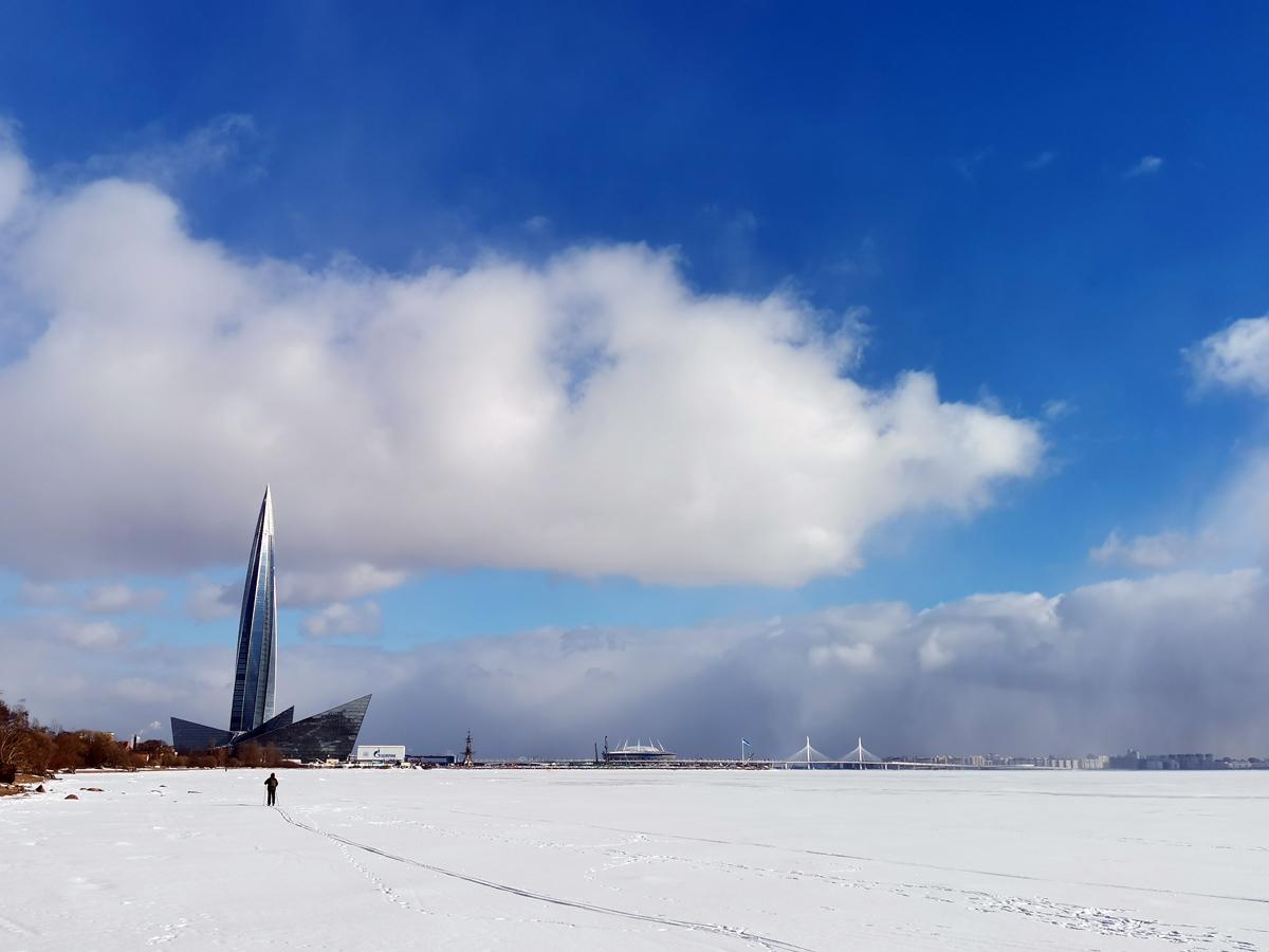 Финский залив, Лахта-центр, стадион Газпром Арена и вантовый двухпилонный мост через Петровский фарватер.