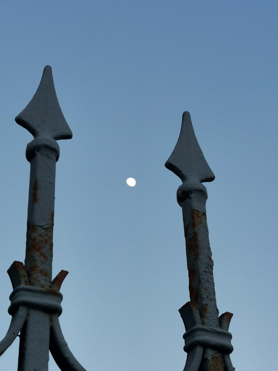 Луна и ограда здания Московского Арбитражного суда.