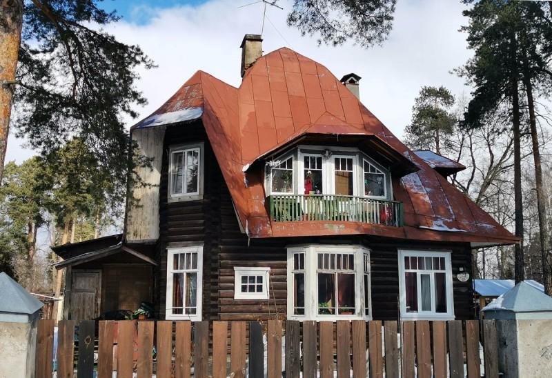 """Ольгино. Дача архитектора А.П. Вайтенса. Архитектор выстроил три дома подряд - два для себя, один для сдачи в аренду дачникам. Здесь в начале 1920-х гг. проживал К.И. Чуковский и весной 1921 года тут он написал """"Тараканище""""."""