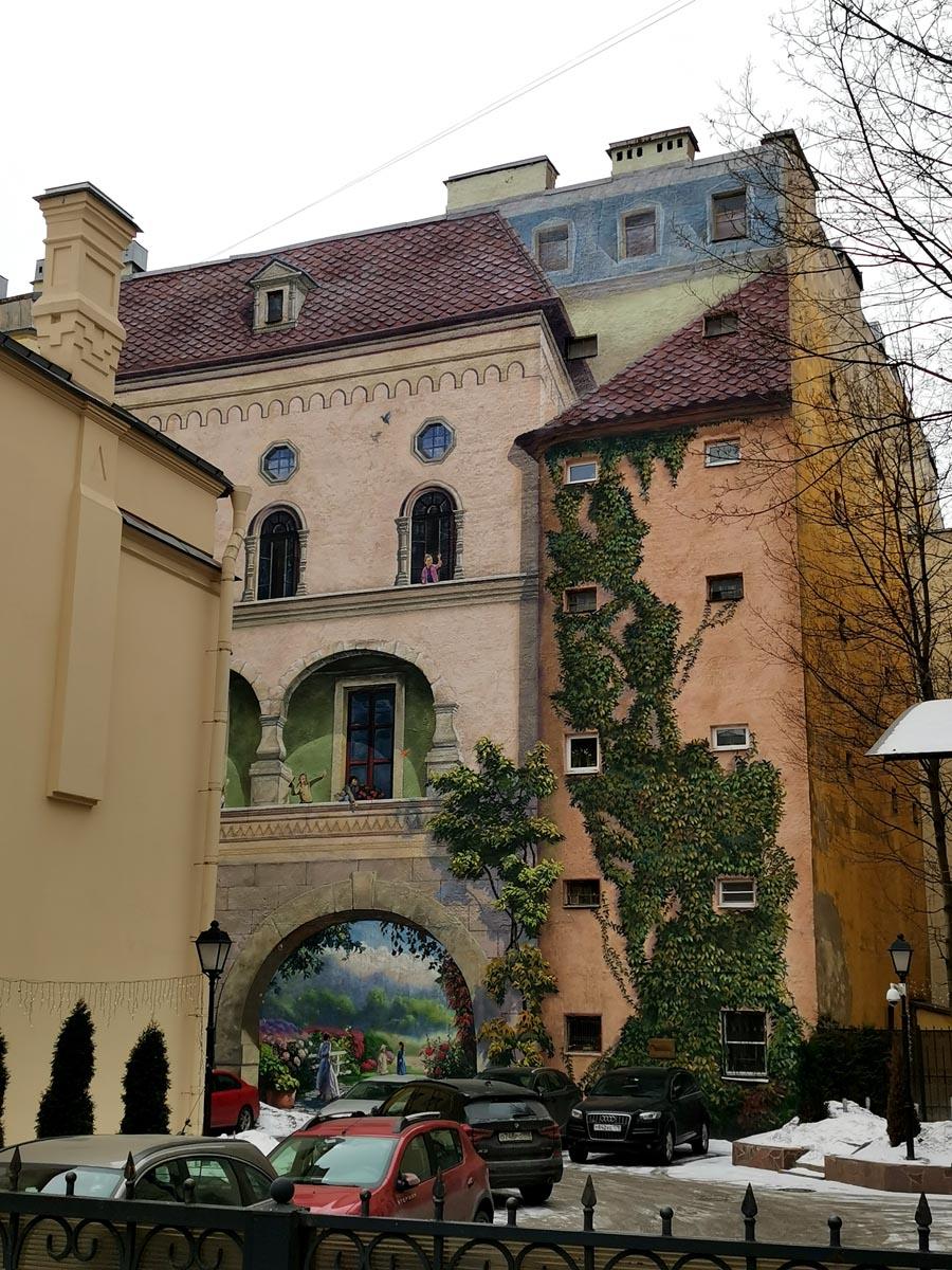 Потрясающе реалистичная роспись дворовой стены Доходного дома А. И. Иванова.