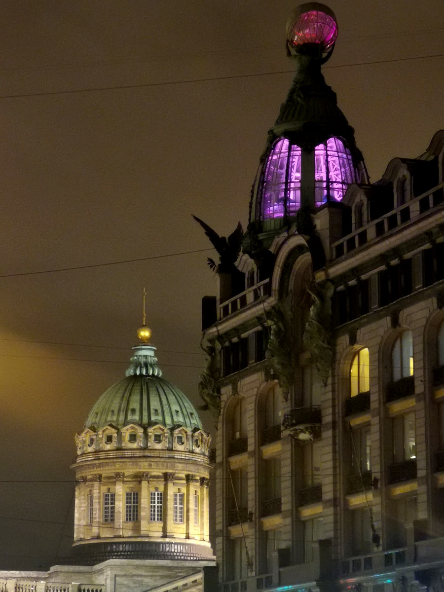Ночной Питер и два знаковых здания Невского проспекта.