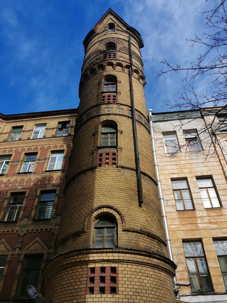 Не все дворы в Питере унылые колодцы... Башенка во дворе Доходного дома Н. Н. Никонова.