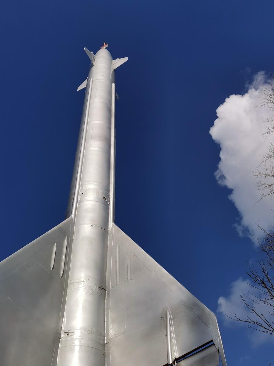 Снова Подмосковье... Ракета-памятник и синева весеннего неба.