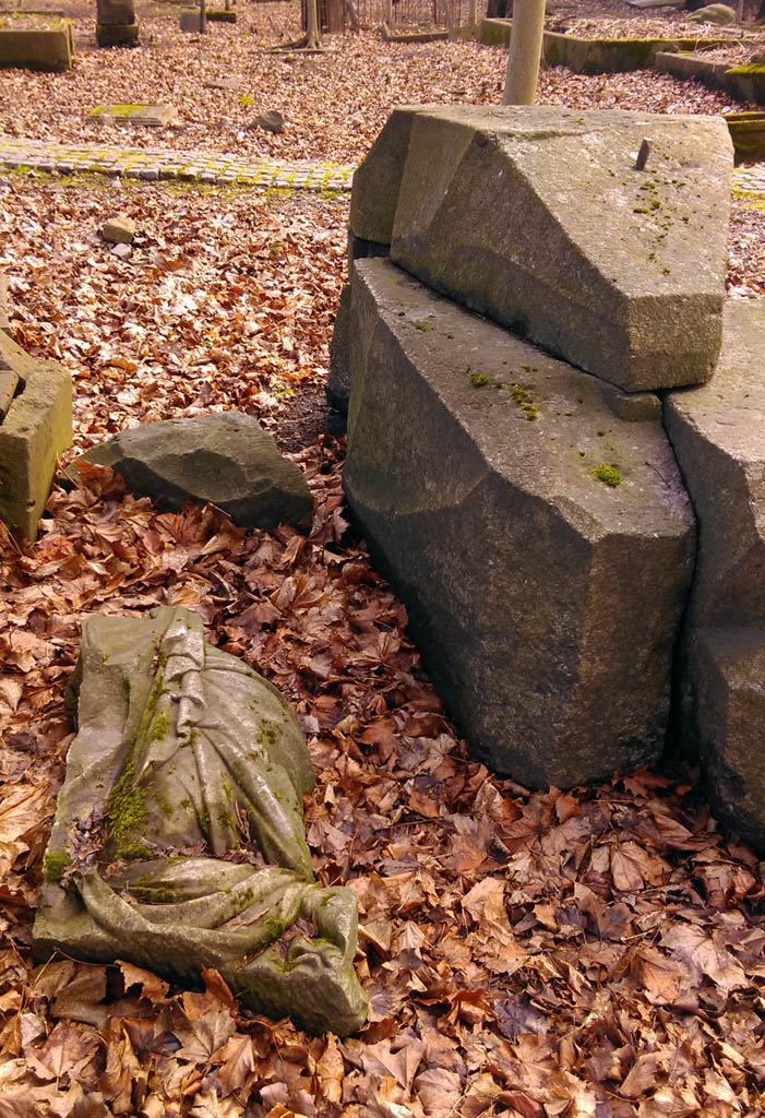 Много камней и постаментов в разной степени сохранности разбросаны по территории кладбища...
