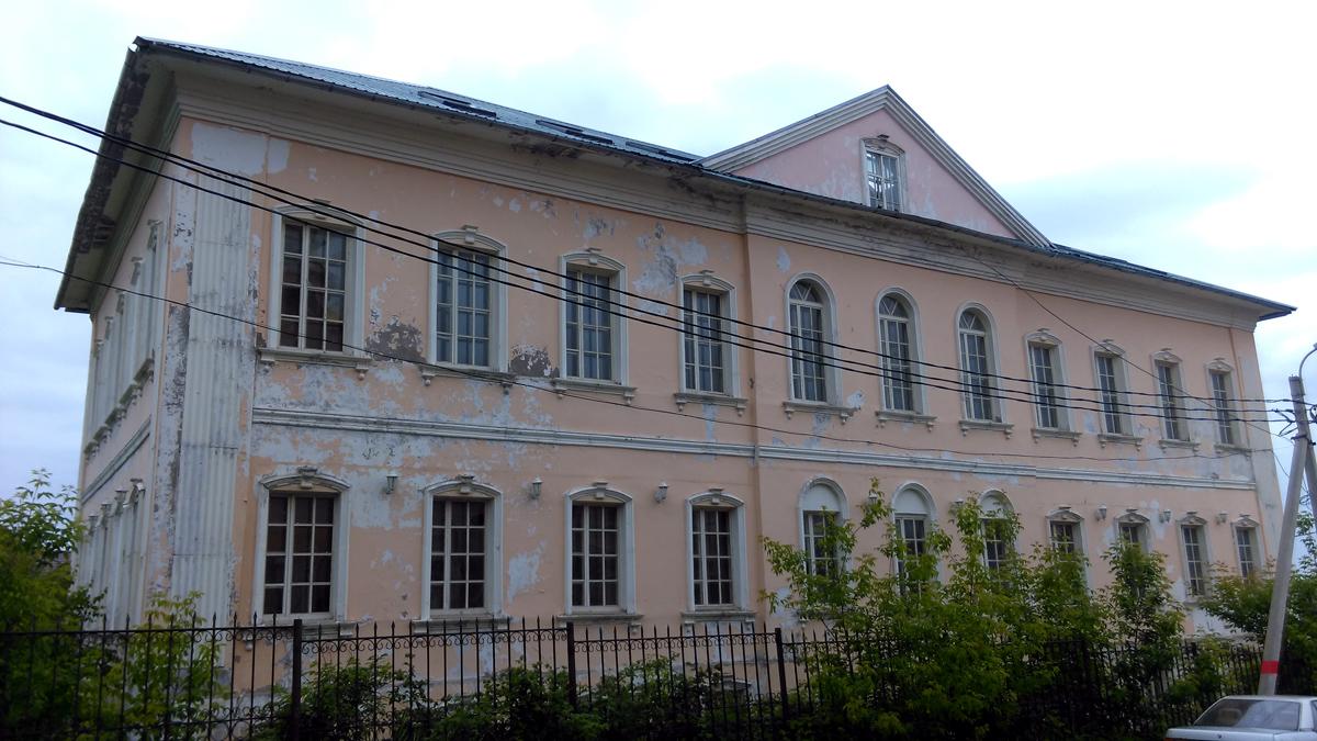Рядом с Храмом Здание присутственных мест. Эта уникальная постройка выполненна по «образцовому» проекту тульского губернского архитектора Никифора Сокольникова в 1780-х годах.