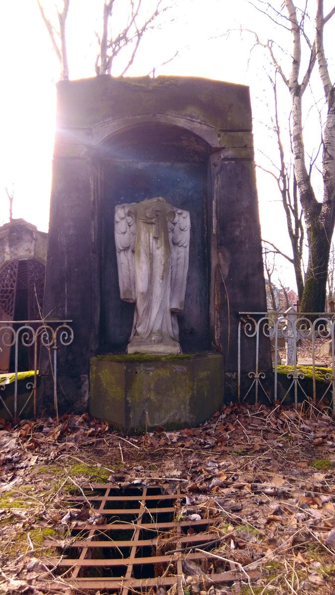 Обезглавленный ангел на семейном захоронении Швейдерских.