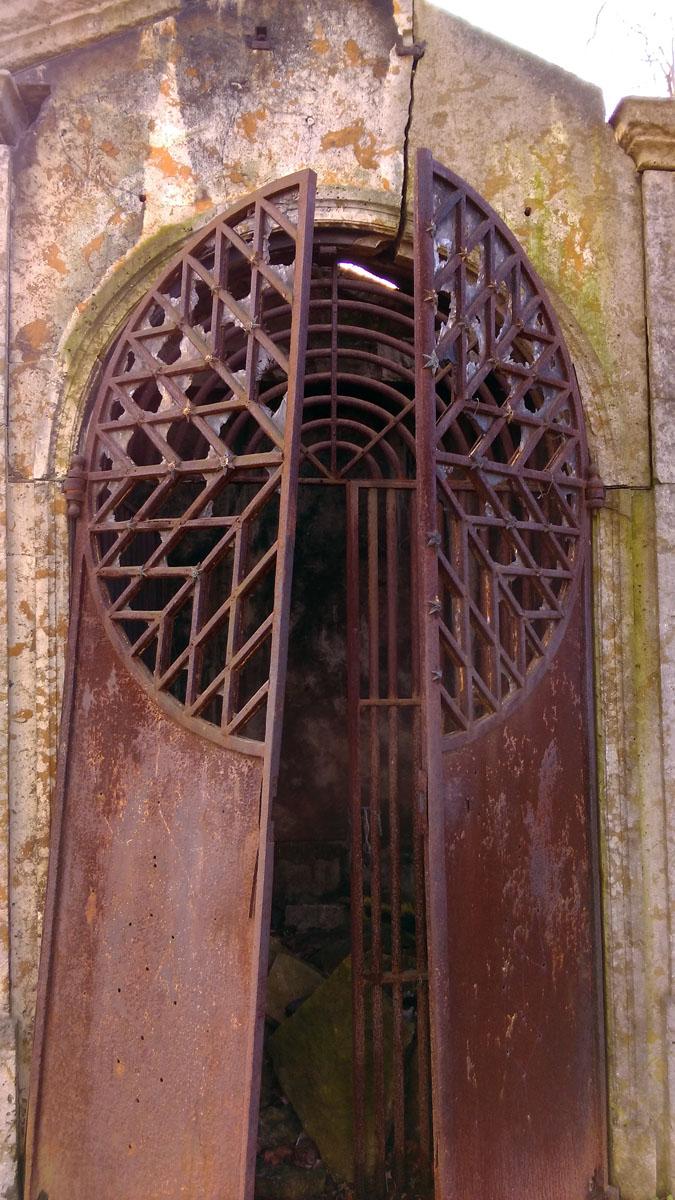 Каменный склеп с чугунной дверью.