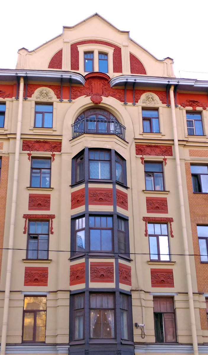 Протяженный пятиэтажный дом № 70 - угловой. Под № 12 он выходит на Камскую ул. Построен в 1904-1905 гг. по проекту видного петербургского зодчего И. И. Яковлева.