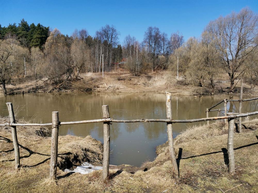 """Деревянное ограждение в районе пляжа """"Мельница""""."""
