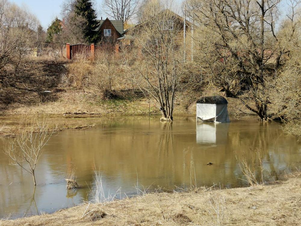 Беседка в воде, это купель Святого источника Казанской иконы Божией Матери. Все-таки, уровень воды поднялся и подтопил ее немного.