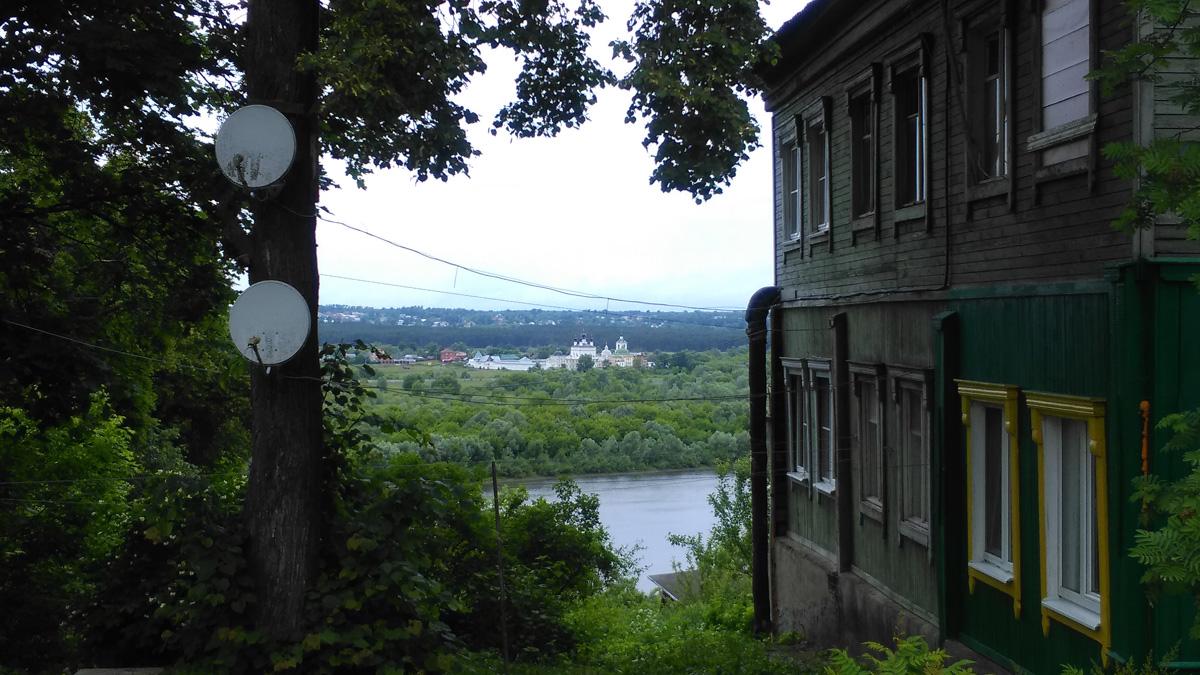 На стыке улиц Советская и Ильича стоит дом, и вид на Оку и Свято-Троицкий Белопесоцкий женский монастырь от этого дома потрясающий!