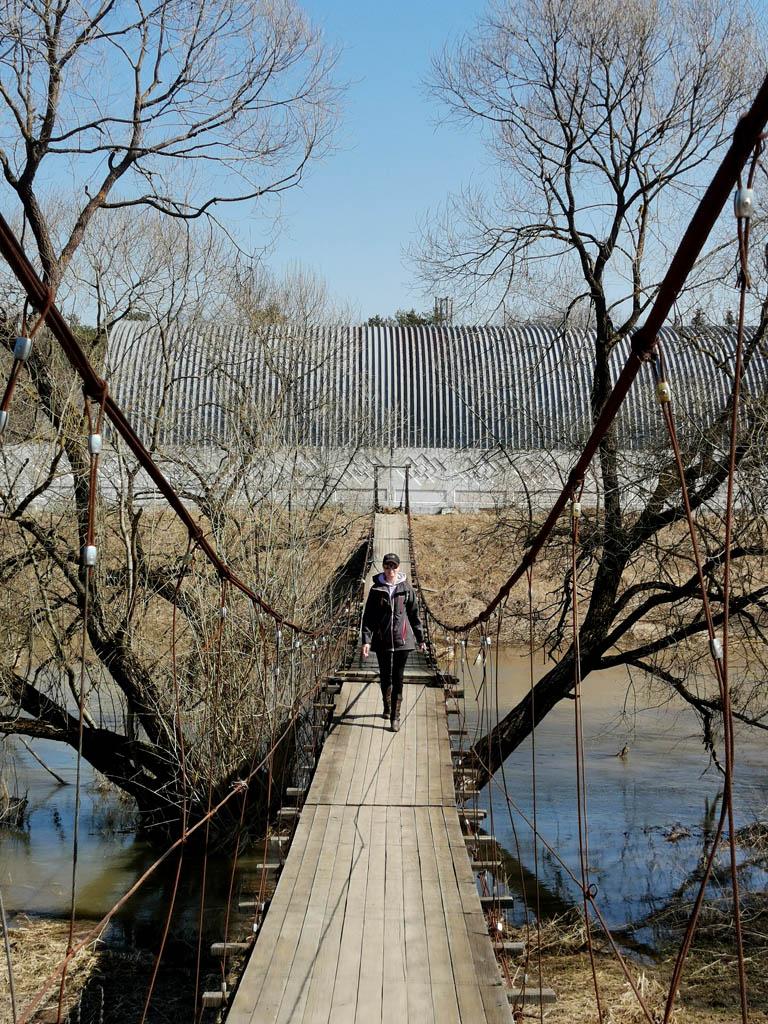 Тросы моста провисли, некоторые доски плохо закреплены. Но в целом, мост вполне проходим.