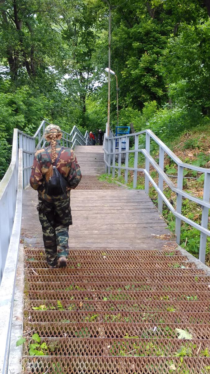 Металлическая лестница с площадками отдыха, скамейками и фонарями ведет нас к реке, где мы нашли отличное место для спуска на воду катамарана.