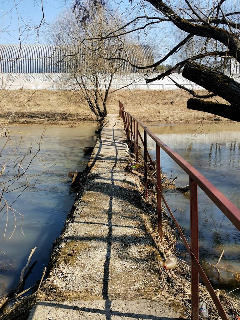 Возвращаемся на правый берег по мосту из бетонных плит. Думал, что уровень воды будет выше и скроет мост. Судя по мусору, так и было немного ранее.
