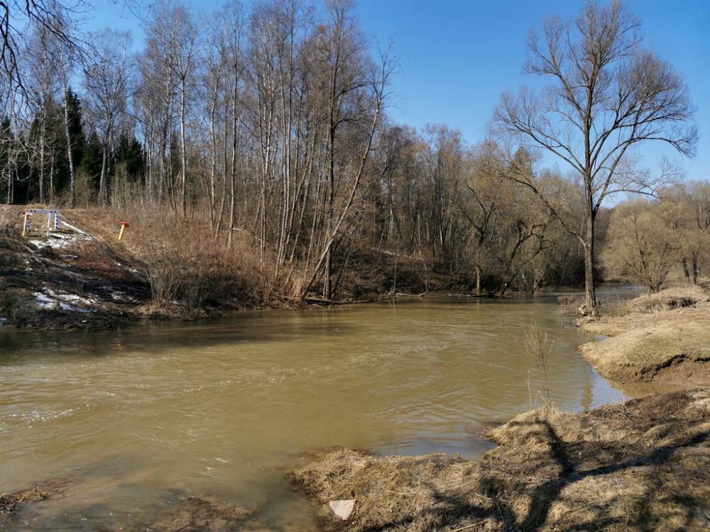 В этом месте реку пересекает газопровод...