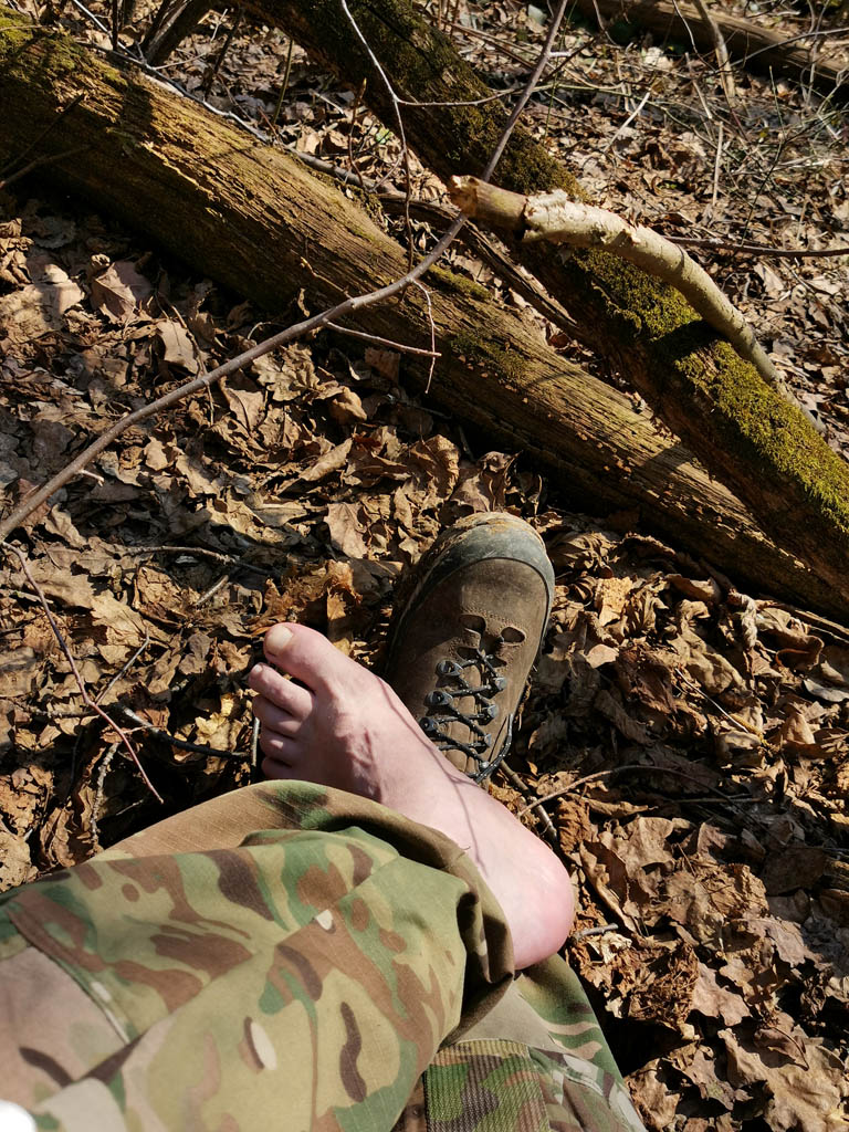 Привал устроили немного дальше. Приятно снять ботинки и сменить носки. Все-таки в такую жару в кожаных треккинговых ботинках с мембраной и высоким резиновым рантом уже жарковато, а в кроссовках еще мокро и грязно. Приходится делать сложный выбор, что обуть...