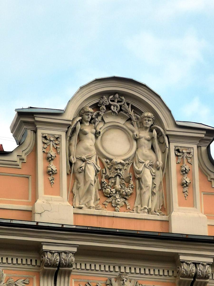 Само здание было построено на углу Тверской улицы и переулка, носившего тогда название Сергиевского, в конце 1780-х гг. по проекту архитектора Матвея Федоровича Казакова.