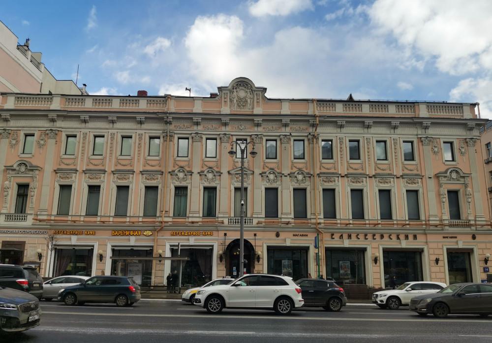 С декабря 1935 г. до конца жизни Николай Островский жил в этом доме, где работал над романом «Рожденные бурей». В 1940 г. здесь открыт музей Н. А. Островского, сохранена обстановка личной комнаты писателя.