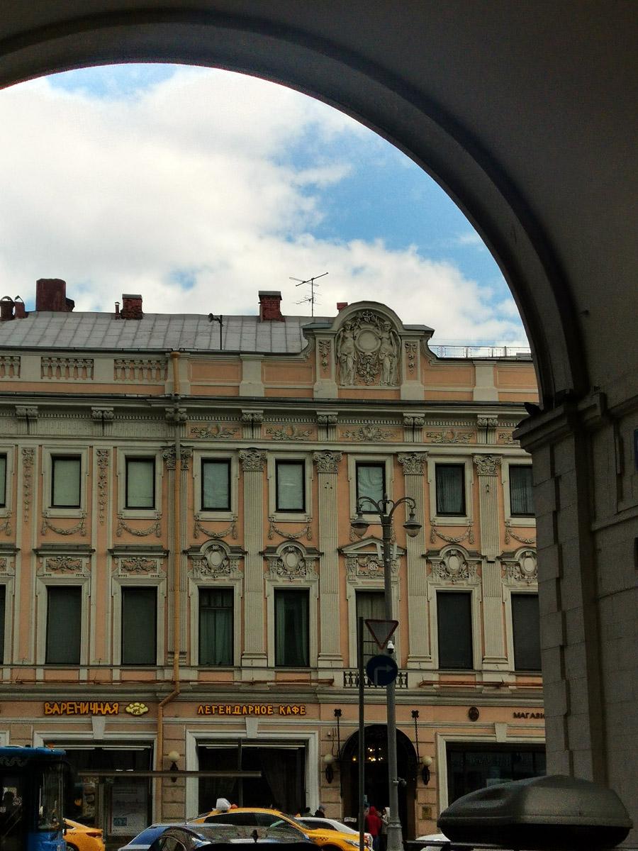 Вид на «Елисеевский» из арки «Дома под юбкой».