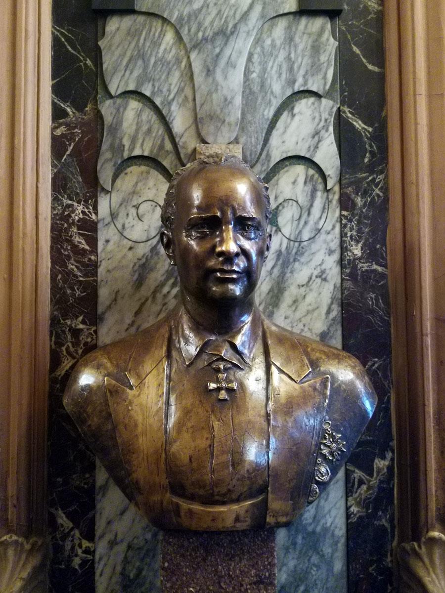 В вестибюле посетителей встречает бюст купца Григория Елисеева, в честь которого назван гастроном.