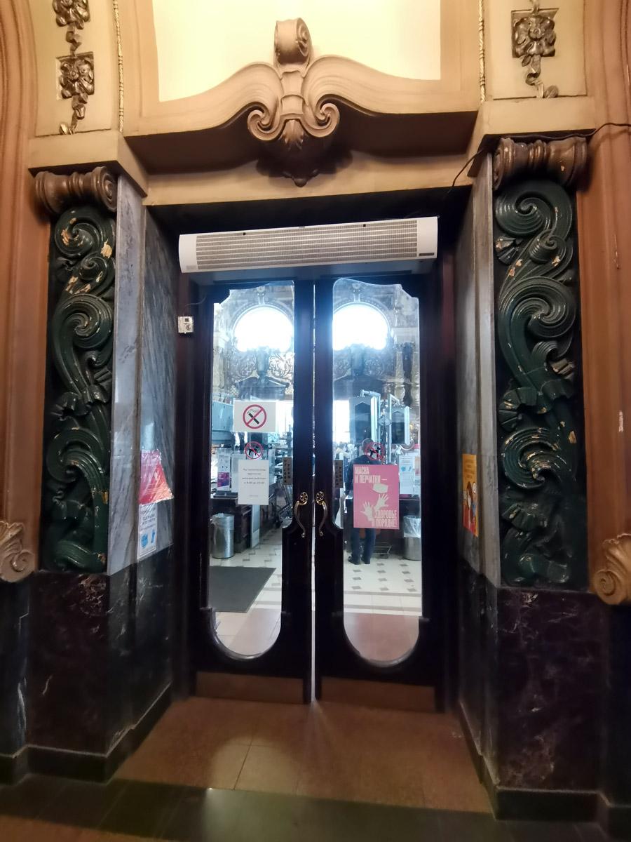 Двери в торговый зал