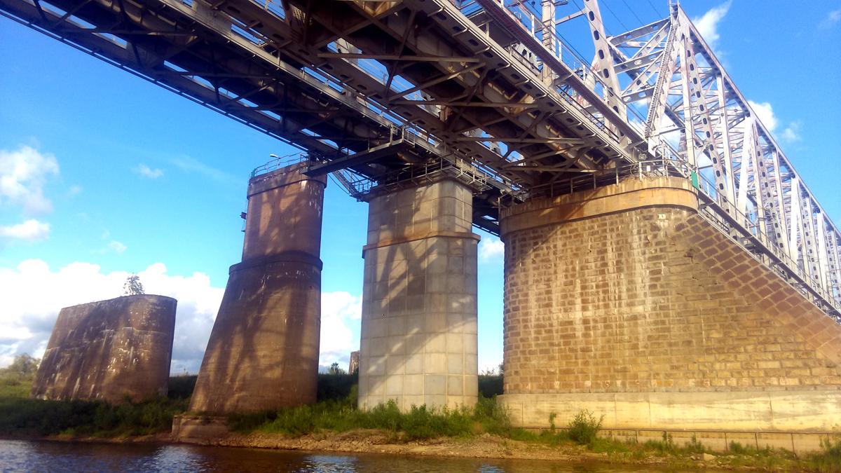 Видны опоры мостов построенных в разные годы. 1890, 1935, 2003 и 2008 гг. Не уверен в такой ли именно последовательности.
